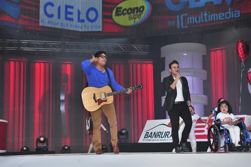 Napoleón y Carlos Peña, dos talentosos cantantes guatemaltecos, que apoyan a la Teletón. (Foto: Nuestro Diario)