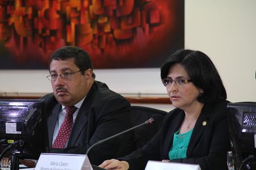 Dorval Carías y María Castro, viceministro y ministra respectivamente, responden a las inquietudes de los periodistas, principalmente sobre el destino de la deuda. (Foto: Alexis Batres/Soy502)