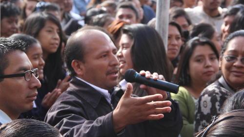 Uno de los padres de familia exigió que la PNC incremente la seguridad en los alrededores del plantel para tener la confianza de enviar a su hija a estudiar.  (Foto: Antonio Ordoñez/Soy502)