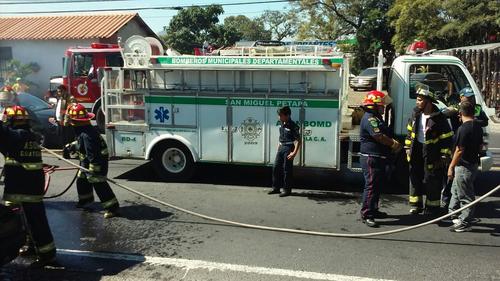 El conductor del vehículo estimó la pérdida de 10 mil quetzales por el incendio. (Foto: Bomberos Municipales Departamentales)