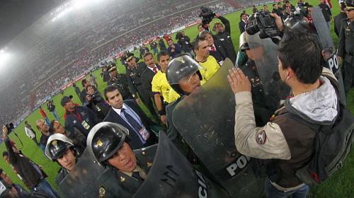 Los árbitros fueron escoltados por la policía al concluir el partido entre Perú y Uruguay en Lima. (EFE)