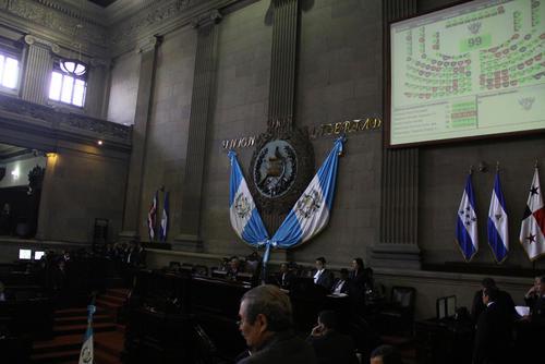 Para que la sesión iniciara debían estar presentes 105 diputados, pero solo llegaron 99. (Foto: Alexis Batres/Soy502)