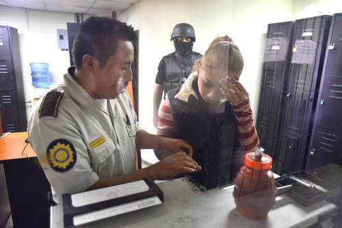 La detenida fue fichada en el Juzgado de Primera Instancia Penal de Mixco a donde fue remitida tras su captura. (Foto: Jesús Alfonso/Soy502)