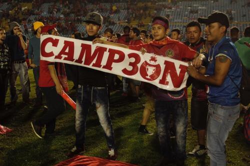 Los fanáticos de los rojos ingresaron a la cancha e impidieron que se realizara la entrega de la copa de forma protocolaria. (Foto: Fredy Hernández/Soy502)