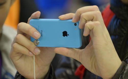 Un comprador observa un nuevo iPhone 5C en una tienda Apple de Nueva York, EE.UU