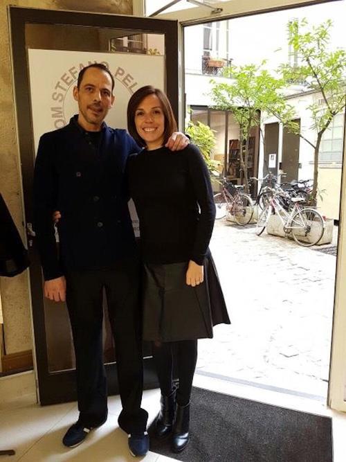La creadora guatemalteca Silvia Guerra junto a Stefano Pellegrini en el showroom donde participó la marca 'Is Bags en la Semana de la Moda de París. (Foto: Silvia Guerra)