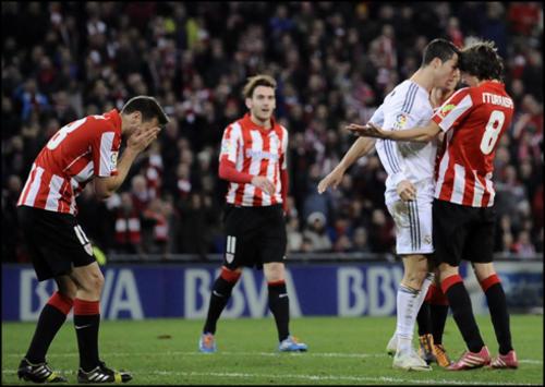 El jugador del Real Madrid, Cristiano Ronaldo, tiene un encontronazo con Ander Iturraspe, del Atlético de Bilbao. El árbitro lo sancionó severamente pero luego, él mismo fue suspendido.