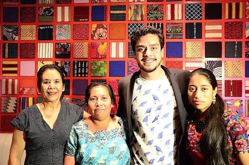 Julio Hernández junto a sus musas y la productora ejecutiva, Marina Peralta piden apoyo para que la película se escuche en redes sociales. (Foto: Selene Mejía/Soy502)