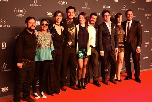 """El """"crew"""" de la película Ixcanul, junto los cineastas Jayro Bustamante y Julio Hernández, desfilando por la alfombra roja de los Premios Fénix. (Foto: Selene Mejía/Soy502)"""