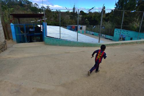 Esta es la entrada principal de la escuela José Ernesto Monzón Reyna. Esta ubicada en un terreno irregular que compró la comunidad a 9 mil quetzales. (Foto: Jesus Alfonso/Soy502)