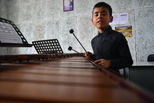 Roberth Pérez dice que su abuelo lo inspiró a tocar marimba. (Foto: Jesús Alfonso/Soy502)