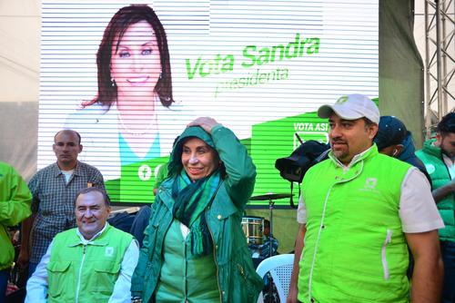 Los diputados Mario Torres (izquierda) y Jayro Flores (derecha) acompañaron a la candidata en Mixco. (Foto: Jesús Alfonso/Soy502)