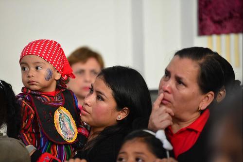 Como cada 12 de diciembre, miles de guatemaltecos de distintas zonas de la Capital se hacen presentes al Santuario de la Virgen de Guadalupe para agradecerle los favores concedidos. (Foto: Jesús Alfonso/Soy502)
