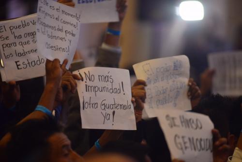 No faltaron los carteles entre el público. (Foto: Jesús Alfonso/Soy502)