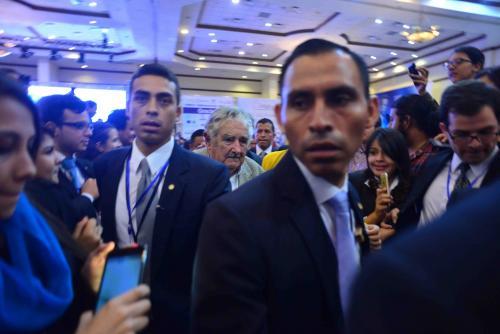 Los asistentes aprovecharon hasta el último momento para fotografiar al exmandatario. (Foto: Jesús Alfonso/Soy502)