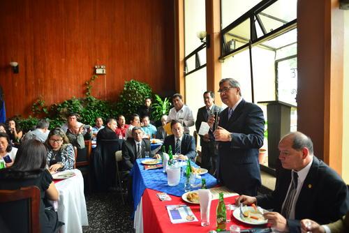 Después de la reunión con los ExPac, Jafeth Cabrera se reunió con profesionales de diferentes departamentos. (Foto: Jesús Alfonso/Soy502)