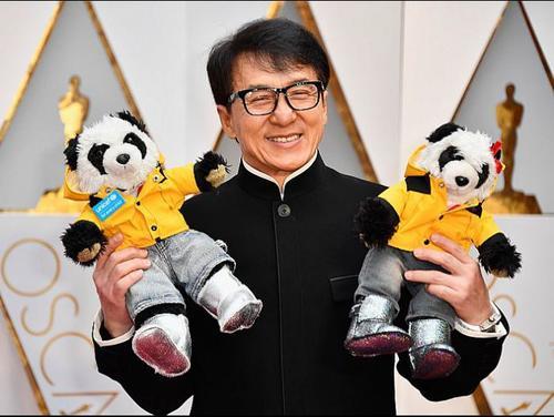 Jackie Chan llegó acompañado de dos osos de peluche a la gala de los Oscar. (Foto: AFP)