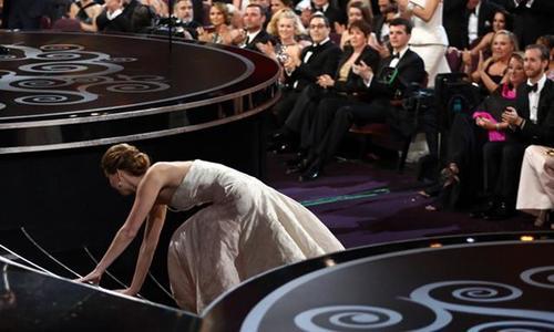La actriz también cayó en el 2013 en la ceremonia cuando recibió el Oscar a mejor actriz.