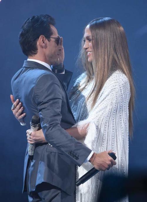 Marc Anthony y Jennifer López se abrazan en pleno escenario. (Foto: La Prensa)