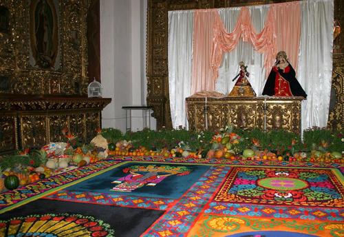 A los pies de Jesús Niño de la Demanda y la Virgen se extiende una colorida alfombra y un huerto con frutos de la estación. (Foto: Raúl Illescas).