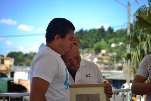 El fotógrafo de Soy502, Jesús Alfonso, y Néstor Aguilar, reunidos por un retrato que simboliza que la vida sigue en El Cambray. (Foto: Fredy Hernández/Soy502).