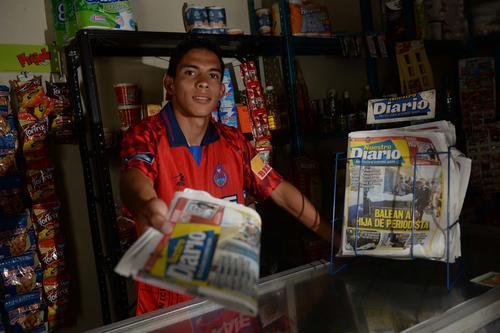 Jhon Méndez vendía periódicos en la aldea Agua Caliente, en el Progreso. (Foto: Diego Galiano/especial para Nuestro Diario)