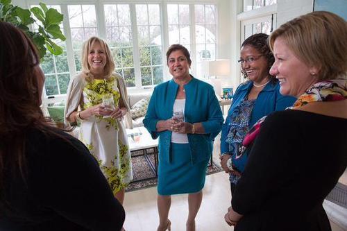 La doctora Jill Biden recibió en Washington a la esposa de Otto Pérez Molina, Rosa Leal. Esos encuentros ya no se podrán repetir, pues la señora Leal de Pérez ha perdido la visa. (Foto: Facebook Embajada de los Estados Unidos).