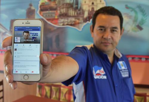 Morales cree que las redes sociales son su nicho para promover su candidatura. Aquí se le ve en una gira por Los Ángeles, California. (Foto: EFE)
