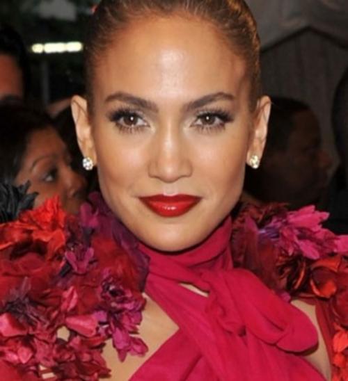 El rojo no es sólo para las rubias. Mira aquí a JLo, se ve perfecta con un rojo cereza en los labios, el tono apropiado para las mujeres de tez bronceada.