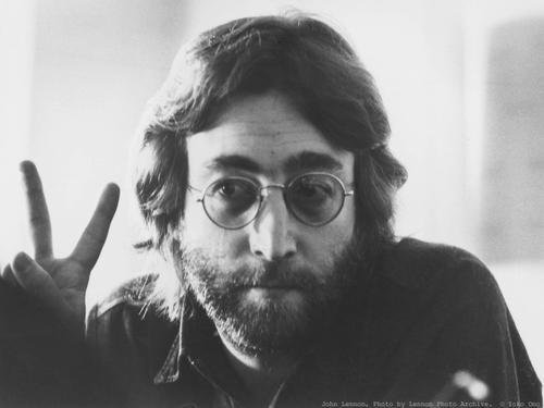 John Lennon ha sido uno de los artistas más influyentes del siglo XX.  Tras su separación de la banda británica The Beatles hizo música en solitario, casándose con la artista y partidaria del arte conceptual Yoko Ono.