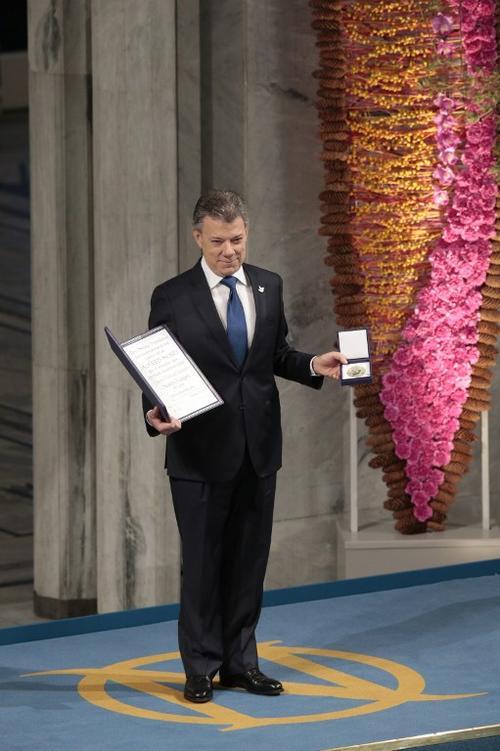 Juan Manuel Santos, presidente de Colombia, recibió este sábado el premio Nobel de la Paz por sus esfuerzos para poner el punto final a una guerra que duró más de 50 años en su país. (Foto: AFP)