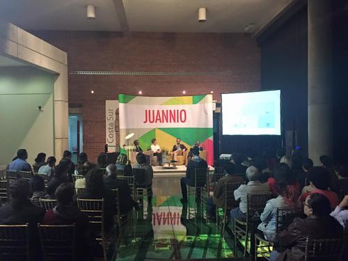 Expertos en arte realizaron un conversatorio previo a la premiación. (Foto: Juannio oficial)