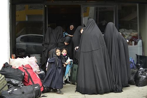 La indumentaria de las mujeres de la comunidad Lev Tahor las cubre por completo. (Foto: Archivo/ Deccio Serrano/Soy502).