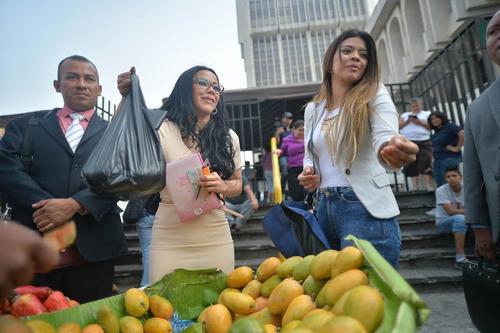 La exdiputada compró un ciento de mangos que ella misma escogió. (Foto: Wilder López/Soy502)