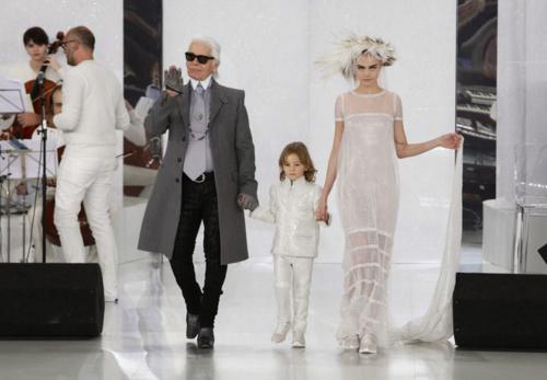 Karl Lagerfeld posa orgulloso para las cámaras luego de presentar su dinámica colección. (Foto: Now Fashion)