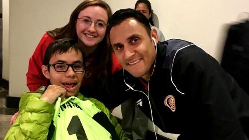 El portero de la selección costarricense posó junto al niño que obtuvo su camiseta.