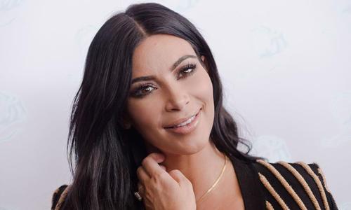 Así luce el lunar oscuro de Kim Kardashian, como una espinilla. (Foto: Hola)