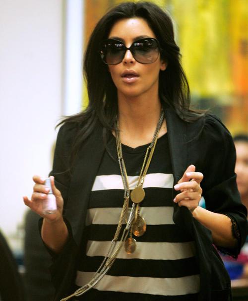Kim siempre lleva accesorios para arreglarse las uñas en su bolso. (Foto: Hola)