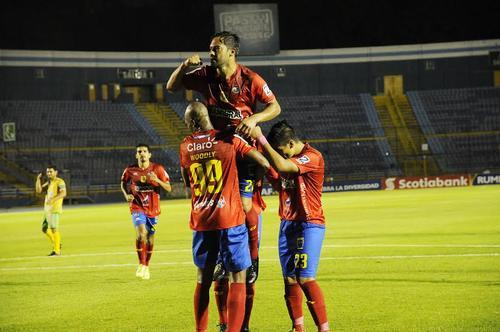 """Carlos """"el Pescado"""" Ruiz, de penal, marcó el gol del triunfo de Municipal. (Foto: Nuestro Diario)"""