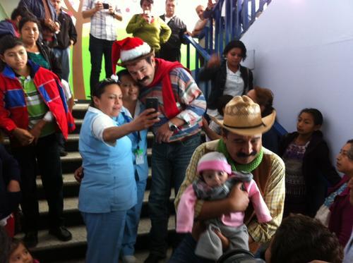"""""""Nito"""" y """"Neto"""" llegaron junto a Santa Claus al Hospital San Juan de Dios. (Foto: Antonio Ordoñez/Soy502)"""