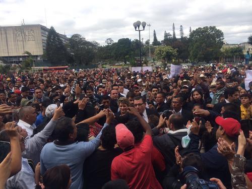 Decenas de personas fueron trasladadas en buses a las afueras de tribunales Foto:Luis Barrios/Soy502