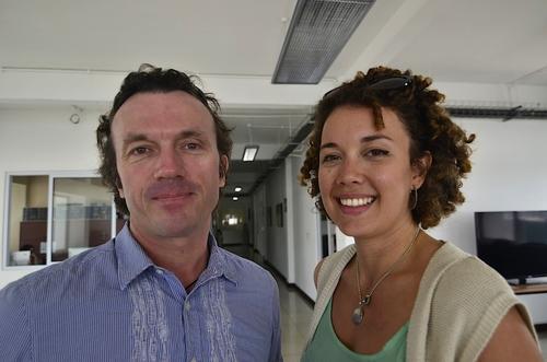 El estadounidense Thomas Tomczyk y la guatemalteca Ana Cosenza son los realizadores de esta serie donde la energía renovable es protagonista. (Foto: Selene Mejía/Soy502)