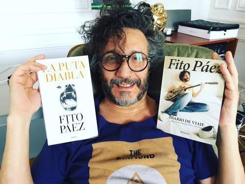 Fito Páez mostrando sus libros. (Foto: twitter)