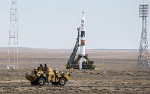 Policías rusos hacen guardia en los alrededores del Soyuz TMA-18M antes de su lanzamiento en el cosmódromo de Baikonur, Kazajistán. (Foto: EFE)