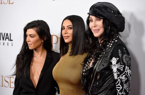 Las Kardashian desfilan en la alfombra de The Promise con Cher. (Foto: Gtres)