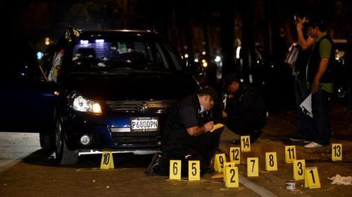 Lea de León salió de su oficina en horas de la tarde el 14 de febrero. En ese momento su vehículo fue alcanzado por dos motoristas en la Avenida Reforma, uno de ellos disparó en varias ocasiones provocándole heridas mortales que le causaron la muerte. (Foto: EFE)