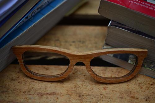 Los lentes son realizados a mano de retazos de madera. (Foto: Jesús Alfonso/Soy502)