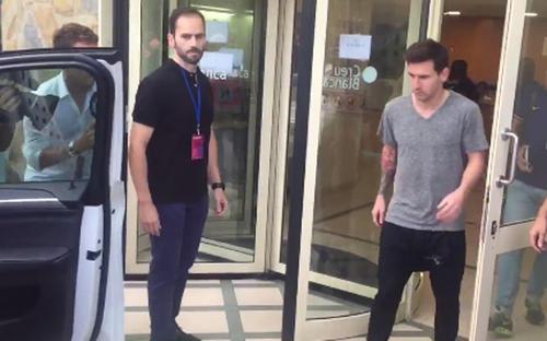 Así salió Messi de la clínica tras hacerle los exámenes preliminares. (Imagen Twitter)