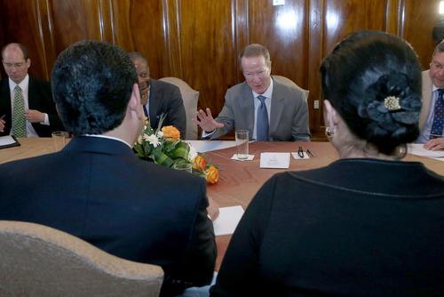 William Brownfield (de frente), fue acompañado por Todd Robinson, Embajador de los Estados Unidos en Guatemala (a su derecha) durante una reunión sostenida en la Casa Presidencial. (Foto: Presidencia)