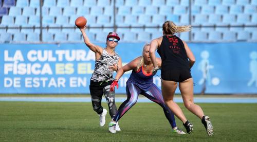 Michelle Angel, la bella quarterback de Los Ángeles, mostró su talento a la hora de buscar a sus compañeras en ataque. (Foto: Luis Barrios/Soy502)